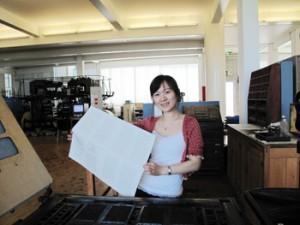 Mit eigenen Händen ausprobieren: Xian Song an der Columbia-Presse, einer Buchdruck-Tiegelpresse von 1835.