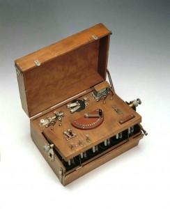Der Elektrisierkoffer stammt aus der Zeit um 1900.
