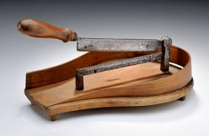 Den  Zuckerhut legte man zwischen die beiden Klingen des Zuckerbrechers und drückte den Hebel, der an der oberen Klinge befestigt war, nach unten. Die gebrochenen Stücke wurden durch das Holzbehältnis, in dem der Zuckerbrecher befestigt war, gleich aufgefangen