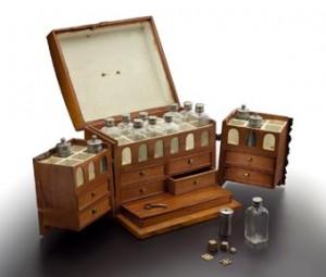 Die im TECHNOSEUM ausgestellte Reiseapotheke wurde 1780 gefertigt.