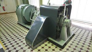 Die verkleidete Turbine vor dem Umbau. Hinten ist der Generator zu sehen.