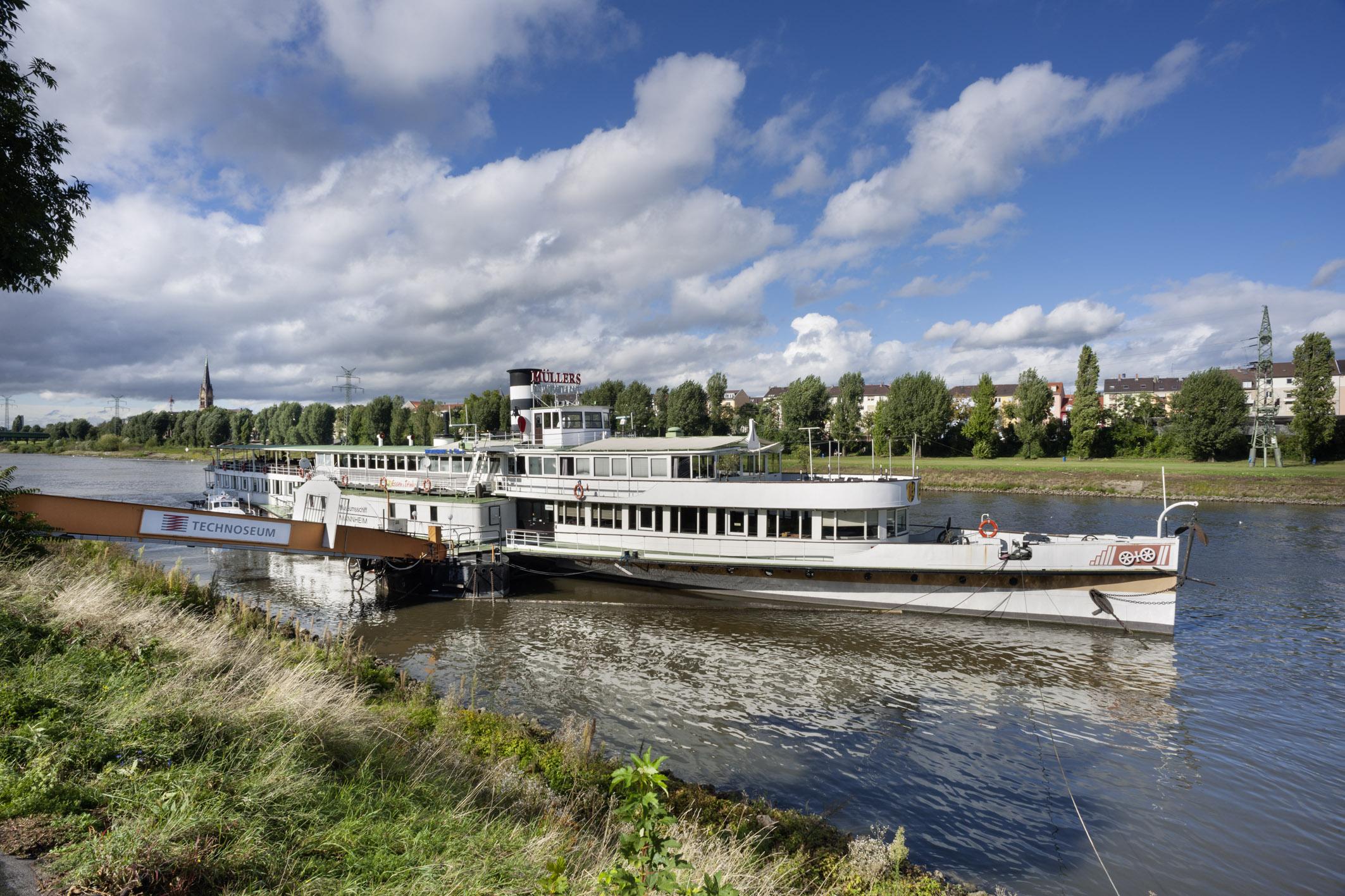 Das Museumsschiff am Neckarufer