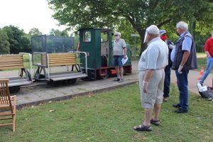 Ehrenamtliche bereiten sich mit Mundschutz auf die Feldbahnfahrten vor