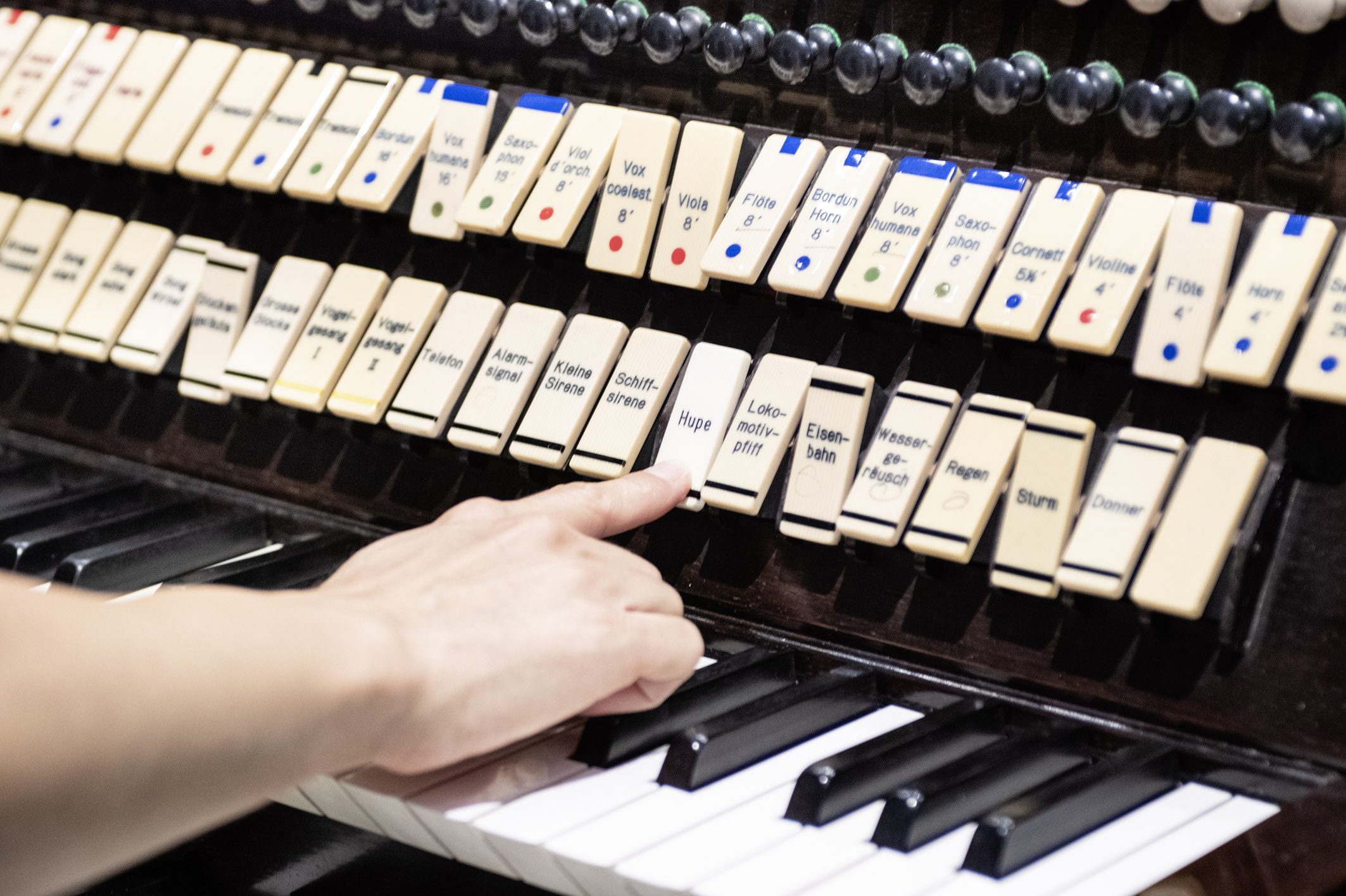 Spieltisch der Kino-Orgel